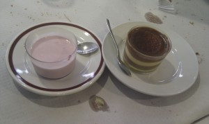 Mousse frambuesa y tarta galleta con chhocolate y flan.